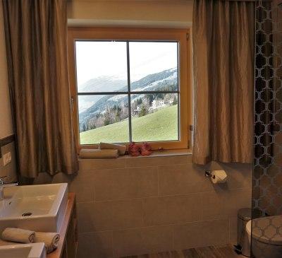 Großes Badezimmer mit bodengleicher Dusche und WC