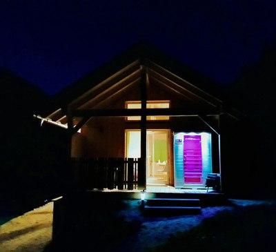 Aussenansicht bei Nacht mit Infrarotkabine