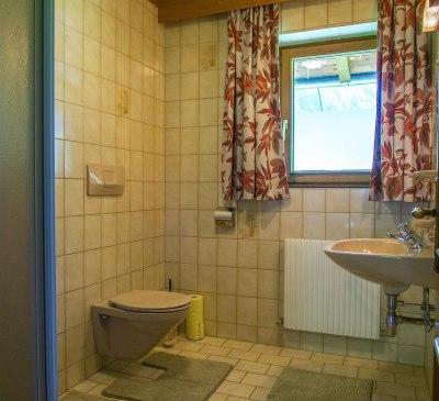 Badezimmer 1 mit Dusche, WC und Waschbecken