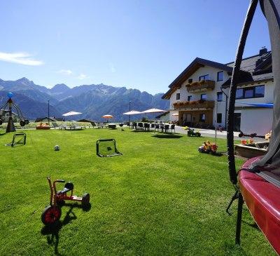 1000 m² Spielplatz direkt vorm Hotel